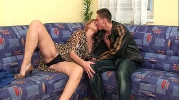 Esposa coroa gostosa traindo o marido com novinho no sofá