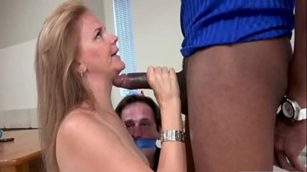 Esposa coroa venda a boca do corno e fode com negão eletricista