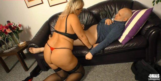 Esposa puta loira bbw da buceta apertadinha traindo o corno no sofá