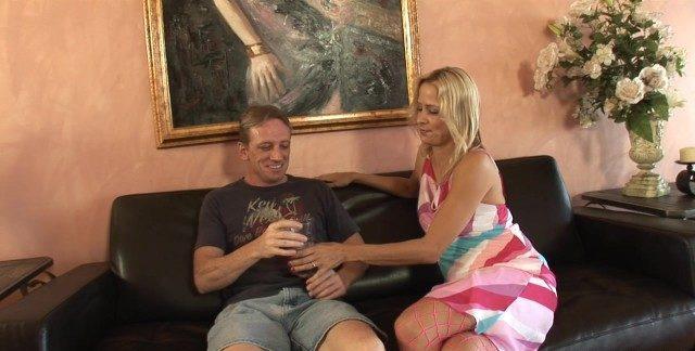 Esposa puta loira embriagando o amigo do marido pra foder com ele