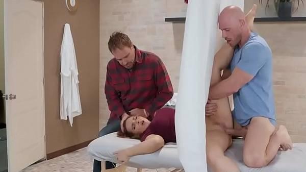 Esposa vai pro exame ginecológico e tem a buceta comida na frente do marido corno
