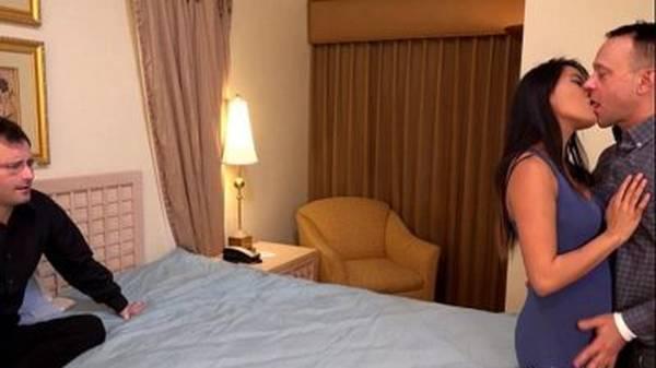 Esposinha asiática faz surpresa para o marido com amante na cama