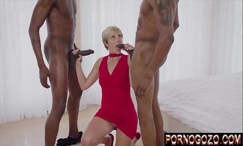 Eu quero assistir filmes de pornô negros dotados enchendo a boca da loira de pau