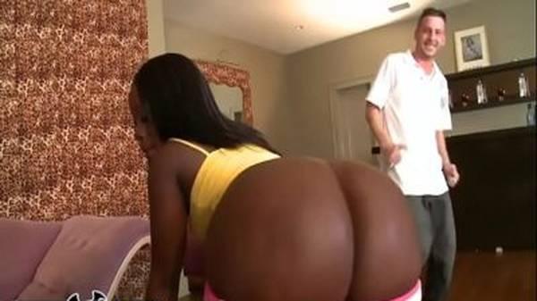 Exibindo a esposa negra bunda grande do corno na rua e comendo