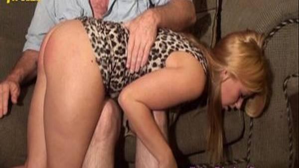 Filha gostosa apanhando na bunda pelo pai com tesão faz sexo