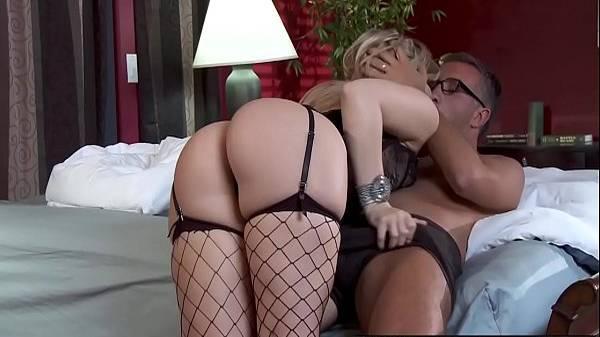 Filha loira gostosa de lingerie flagra os Dvds de putaria do pai e resolve aliviar o solteiro