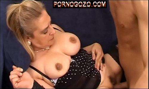 Filme porno familiar com mãe loira gostosa dando pro filho punheteiro vendo pau entrando na velha peluda