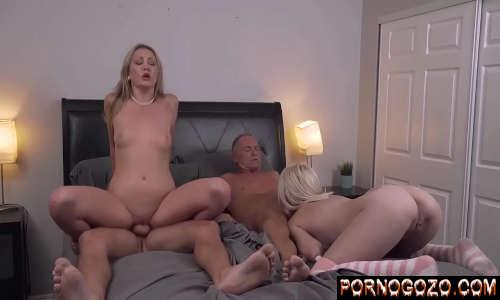 Filmes pornô em família pai e mamãe gostosa faz orgia com os filhos novinhos na cama
