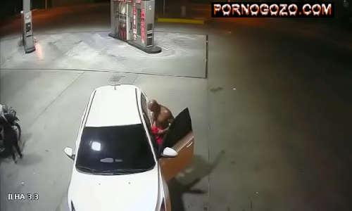 Flagra real gay chupetinha no pau de desconhecido em posto de gasolina disfarçando