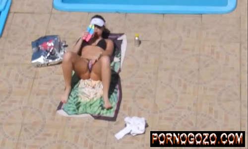 Flagra safada brasileira masturbando na Piscina Menina sinalizada na siririca PornoGozo