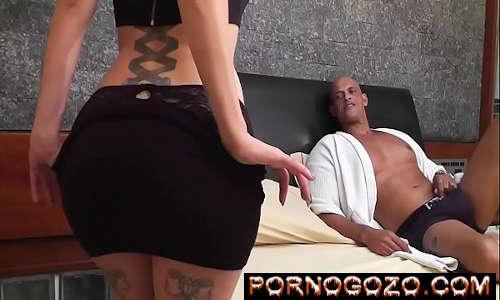 Fodendo amiga gostosa brasileira no motel que tira a roupa seduzindo PornoGozo