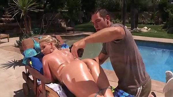 Fudendo na piscina o cú gostoso da patroa loira após passar bronzeador