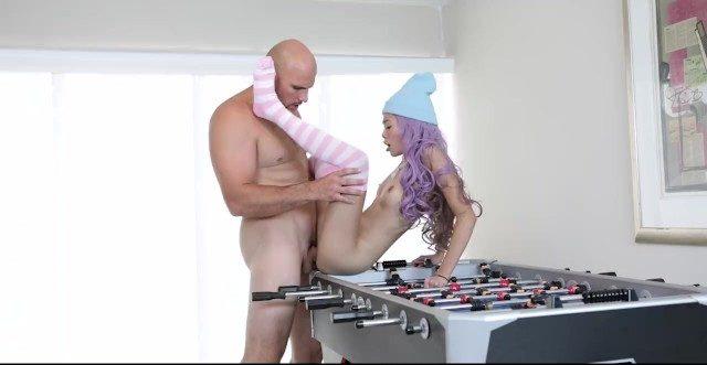 Garota gamer japa tendo a bucetinha surrada pelo marmanjo careca