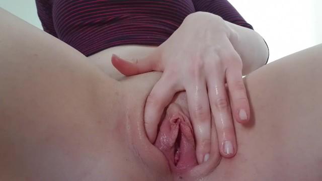 Garota novinha do grelinho tentando tirar virgindade com os dedinhos