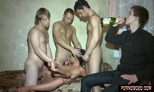 Garoto pagando aposta com namorada bêbada pro trio de amigos