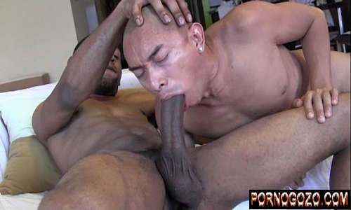 Gay amadores preto malvado botando na boca do amigo fazendo engasgar