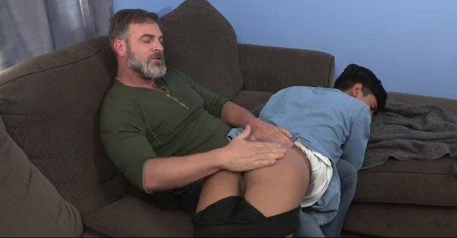 Gayzinho moreno levando surra na bunda do pai tarado no sofá