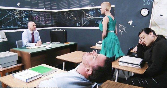 Gostosa assanhada dando pro professor no curso de administração