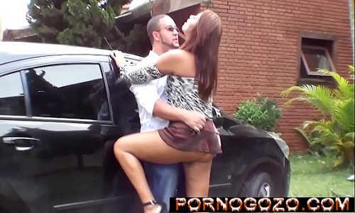 Gostosa brasileira de sainha rodada sem calcinha dando pro motorista