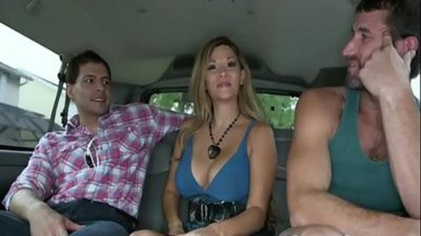 Gostosa deixa namorado lindo comer seu amigo gay dentro do carro