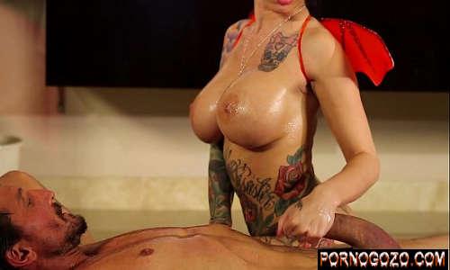 Gostosa fantasiada de diabinha dando o cu depois de uma massagem erótica tatuada gata PornoGozo