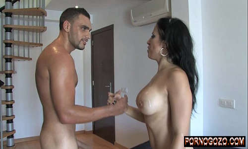 Gozando nos peitos da gostosa depois de muito fodê-la com força PornoGozo