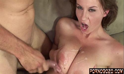 Gozando nos peitos grandes caídos de uma mulher madura cara de vadia no porno doido