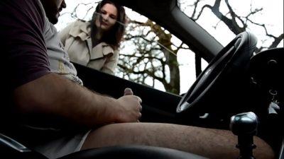 Homem batendo punheta no carro e novinha olhando