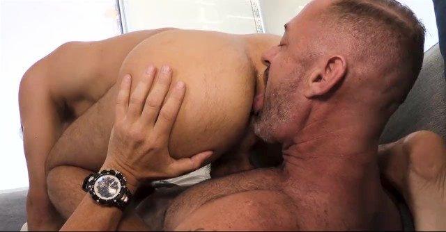 Homem maduro passando a língua no cú do cunhadinho e metendo vara