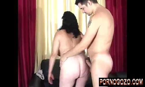 Homem mais jovem lindo fazendo sexo anal com uma velha gorda branca de 50 taradona