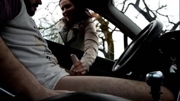 Homem safado ganhou punheta no carro da mulher pedindo informações