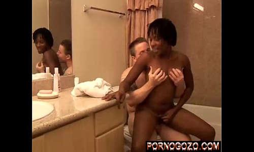 Homem velho comendo a empregada negra gostosa milf africana no banheiro escondido