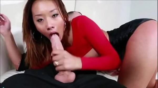 Japa magrela fazendo garganta profunda brutal empinada de mini short