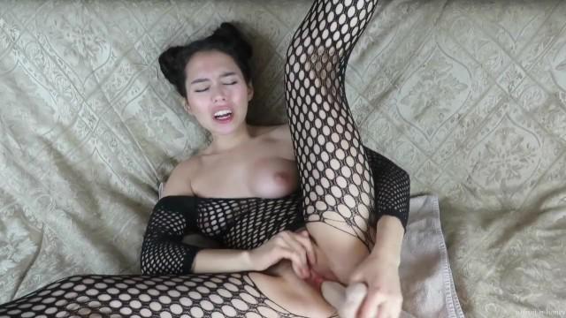 Japonesinha morena pegou lingerie da mãe e brinquedos pra gozar