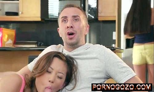 Keiran Lee Alina Li em Adolescente asiático em jeans curtos chupa pau insanamente no sofá PornoGozo
