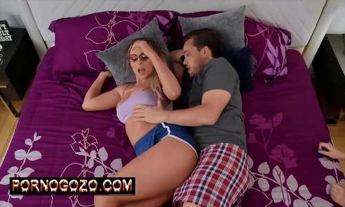 Kyle Mason  fica mais do que feliz quando percebe que está em um sanduíche com Kayley Gunner Jenna Starr PornoGozo