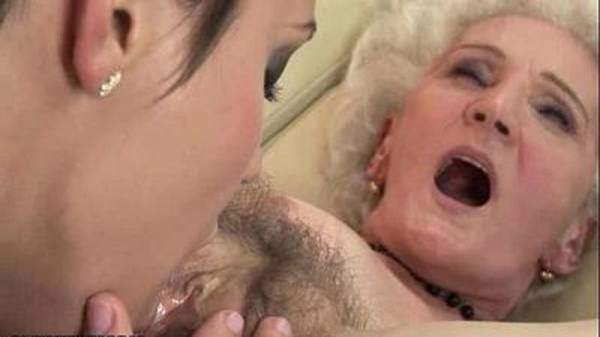 Lésbica madura chupando a bucetinha peluda da colega