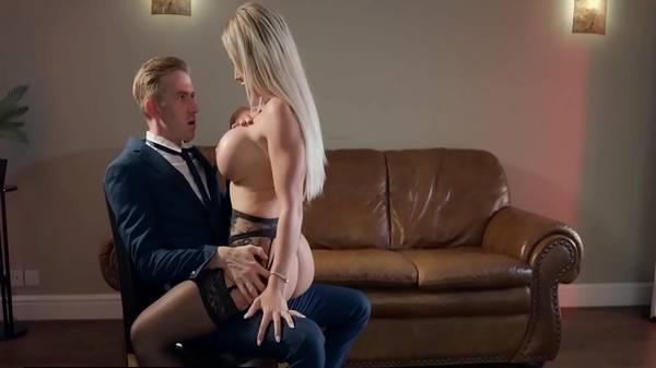 Loiraça tesuda dos peitões siliconado dando sem remorso no sofá do corno pro seu advogado