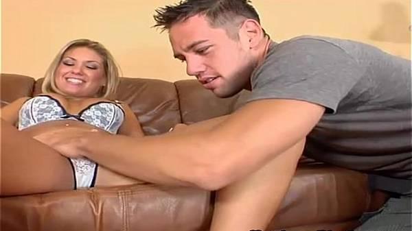 Loira de lingerie arreganha as pernas pro cunhado no sofá enquanto namorado viaja