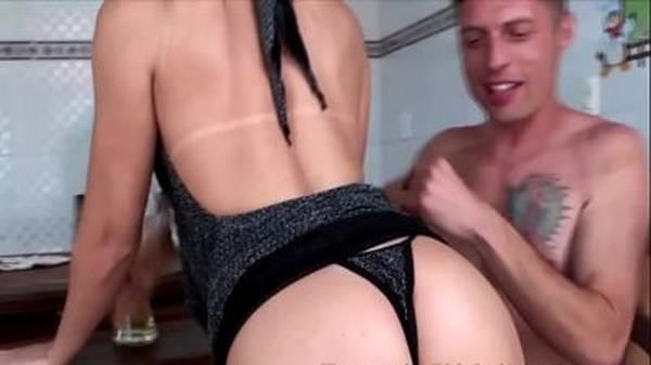 Loira gostosa brasileira transando com rapaz sortudo no buteco