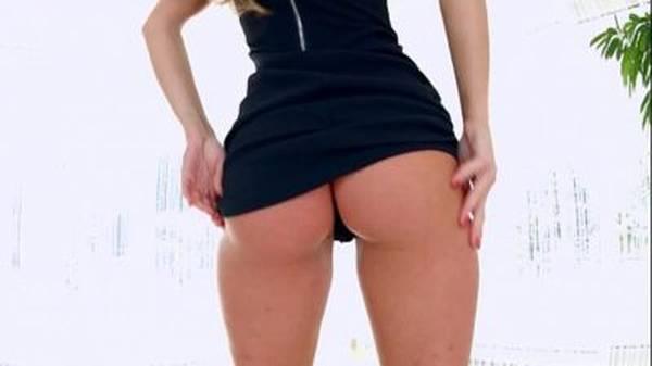 Loira gostosa de vestido mostrando a calcinha preta sentando na vara