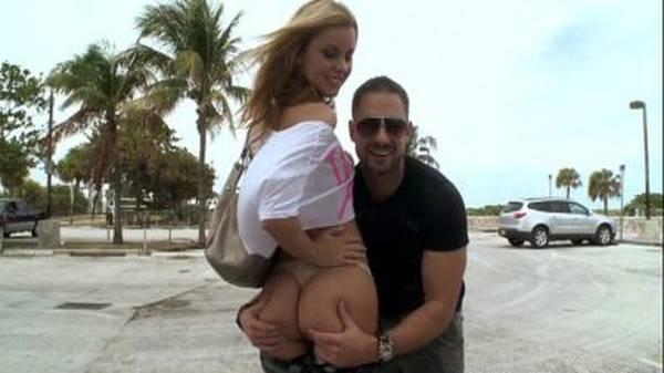 Loirinha linda mostrando a bunda em público com o namorado passando a mão