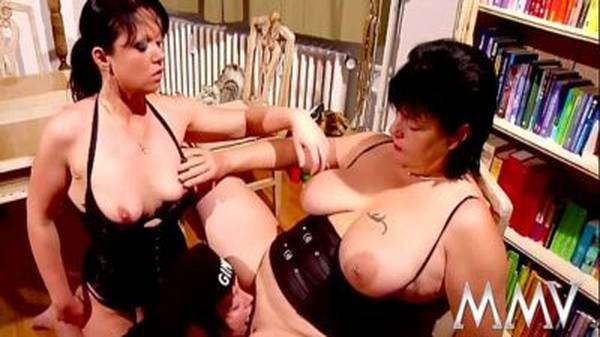 Mãe e filha gostosa pegando de jeito a vizinha coroa gorda