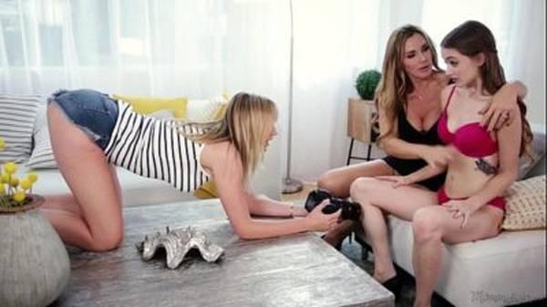 Mãe gostosa lésbica chupando a filha novinha com sua amiga madura