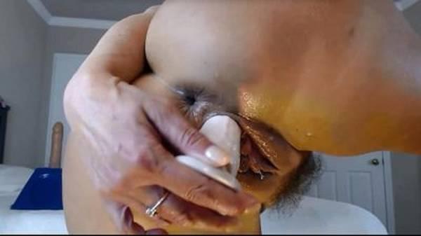 Mãe gostosa safada se masturbando pro filho na webcam