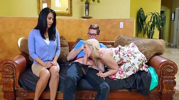 Mãe vê filha de vestido chupando seu nerd no sofá e entra na brincadeira