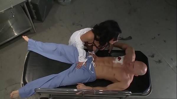 Médica gostosa morena aproveitando do policial baleado na maca com tesão