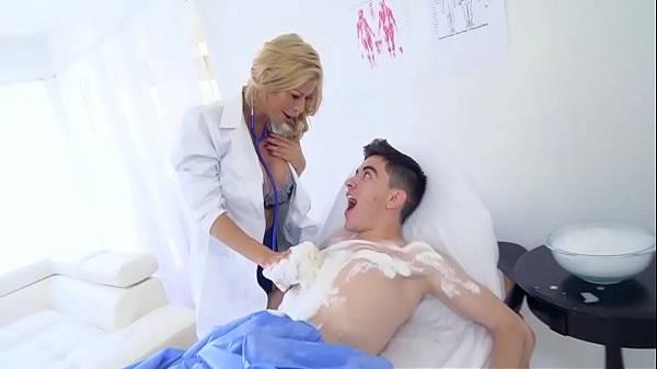 Médica milf loira tetudona cuida do paciente novinho com bastante sexo