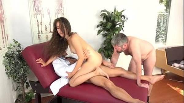 Médico comendo a enfermeira novinha com corno olhando nu