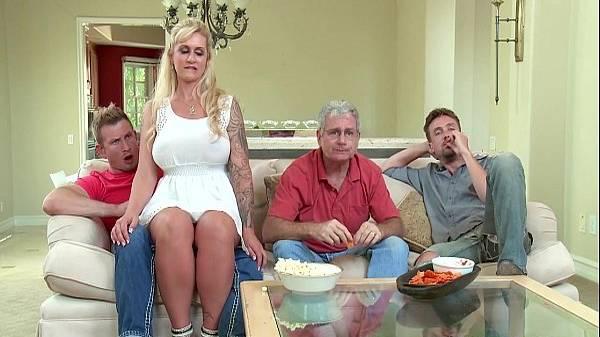 Madrasta de vestido branco senta sem calcinha no enteado com marido e sogro na sala
